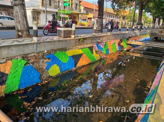 Belasan Saluran Air di Kota Pasuruan Dicat Warna-warni
