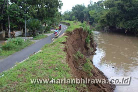 Tanggul Kali Gunting di Karobelah Mojoagung Jombang Longsor