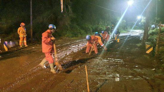 Banjir Lumpur Terjang Sumber Brantas Kota Batu Malam Hari