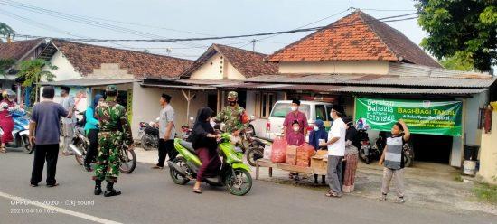 Jelang Buka Puasa, Anggota Koramil 0814/12 Kesamben Bagikan Takjil Gratis