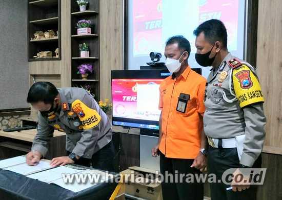 Kapolres Pamekasan dan Kepala Pos Indonesia Teken MoU di Virtual Launcing SIM Online