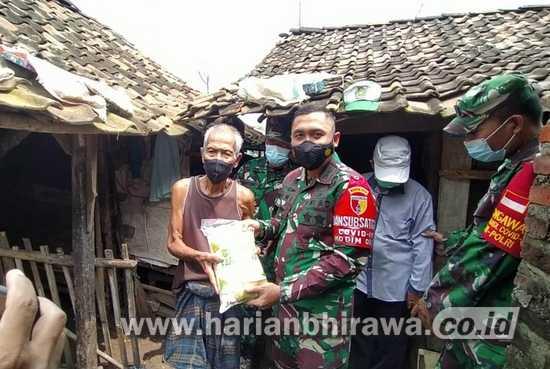 Dandim 0815/Mojokerto Serahkan Bansos Masyarakat Dusun Seketi