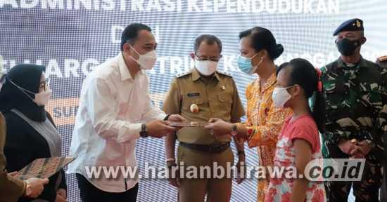 Pemkot Surabaya Serahkan Dokumen Adminduk Keluarga Patriot KRI Nanggala 402