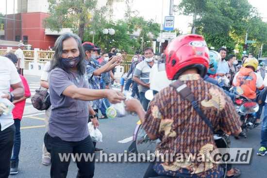 Pokja Wartawan DPRD Surabaya Bagikan Takjil dengan Prokes Ketat