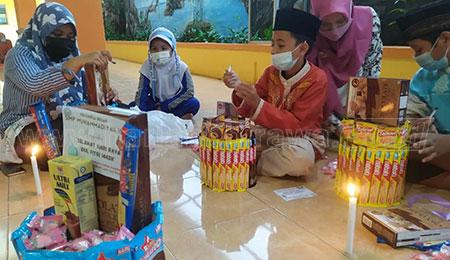 Siswi SMP Muhammadiyah 10 Surabaya Beri Edukasi Rangkai Parcel