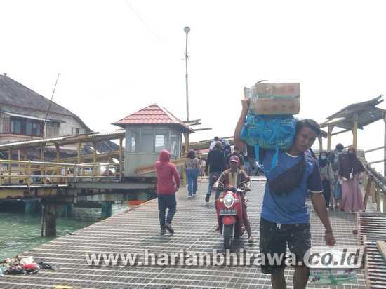 Warga Kangean Padati Pelabuhan Kalianget Sumenep