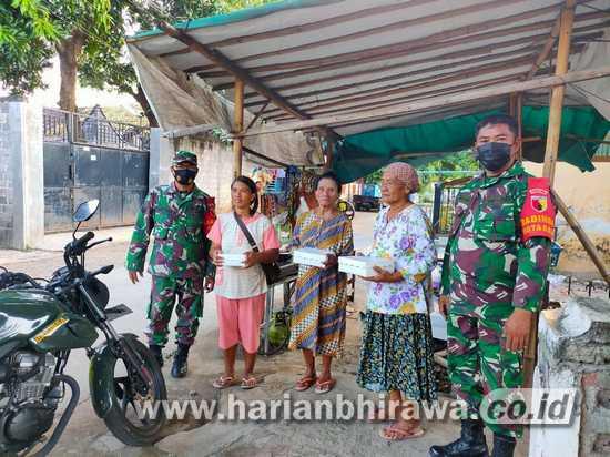 Ngabuburit, Babinsa Koramil 0823/01 Situbondo Bagikan Takjil Warga Desa