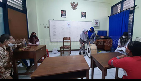 Guru Mitra SLB Karya Mulia Belajar Latih Siswa Disabilitas Rungu Respon Bunyi