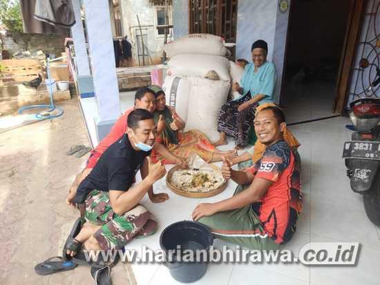 Anggota Satgas TMMD Ke-111 dan Warga Makan Bersama saat Istirahat