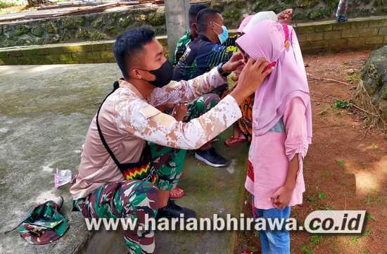 Anggota Satgas Edukasi Anak-anak Taati Prokes dengan Masker