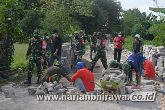 Satgas TMMD Ke-111 dan Warga Gresik Gotong Royong Pasang Paving Block