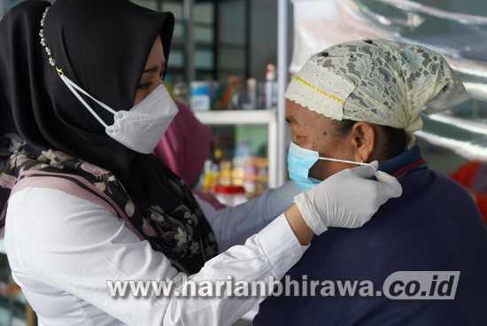 Bupati Mojokerto Borong Dagangan PKL Sambil Sosialisasi PPKM Darurat