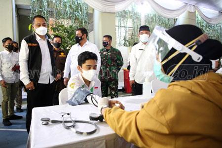 Pantau Vaksinasi Massal, Presiden Ajak Siswa Tak Takut Divaksin