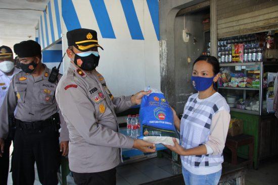 Polres Kediri Kota Bagikan 100 Paket Beras pada PKL dan Ojek Pangkalan