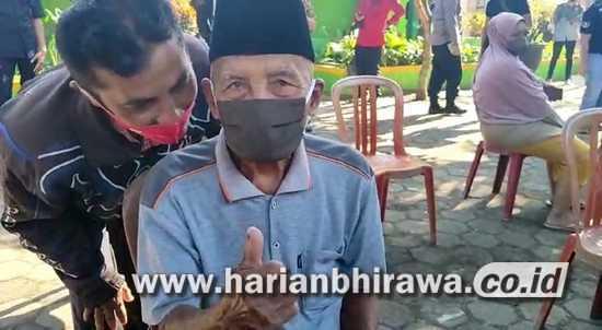 Kakek Berusia Satu Abad di Kabupaten Malang Ikuti Vaksinasi Covid-19