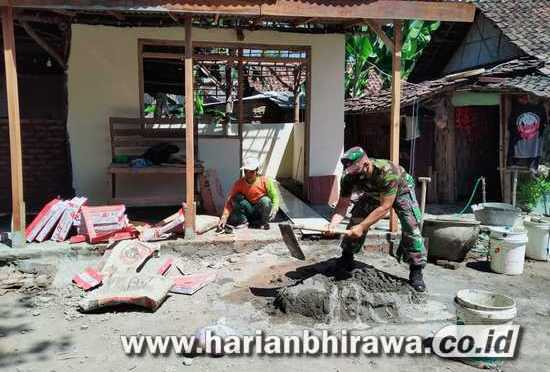 Anggota  Koramil  0814/09  Kudu  Jombang  Kerja  Bhakti  Rehabilitasi  RTLH