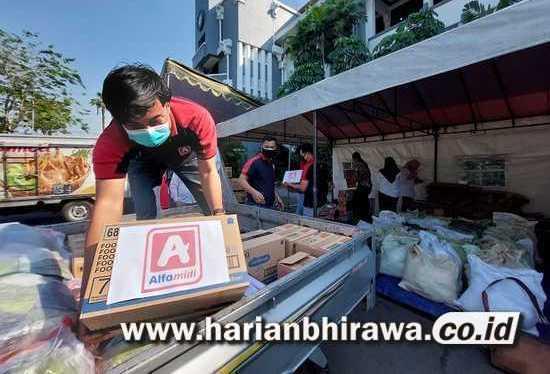 Alfamidi Bagikan 100 Paket Sembako Warga Terdampak PPKM Darurat Level 4