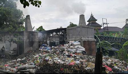 Sampah Menumpuk di Bantaran Kali Surabaya