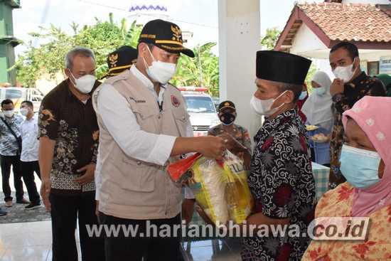 Bupati Lamongan dan Wabup Bagikan Paket Sembako ke Desa Rawan Pangan