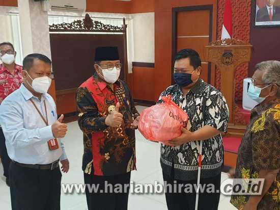 Wali Kota Blitar Santoso Serahkan Bantuan Sembako 100 Paket CSR Bank Jatim Blitar