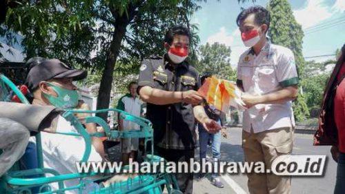 Anggota Polres Jombang Bagikan Sembako dan Bendera Merah Putih ke PKL