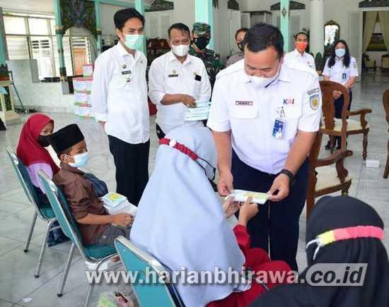 Bupati Madiun Serahkan CSR PT KAI DAOP 7 untuk Anak Terdampak Covid-19