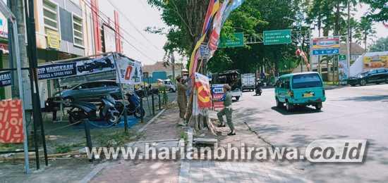 Satpol PP Bondowoso Tertibkan Banner Kedaluarsa di Perkotaan