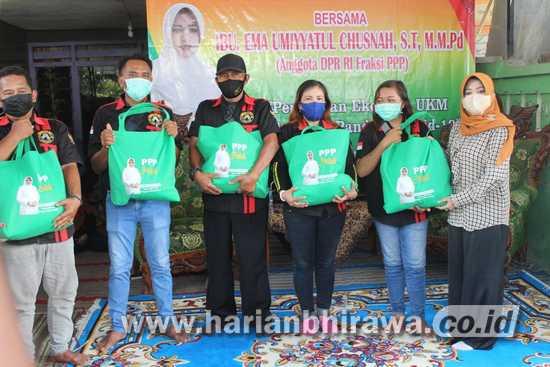 Ning Ema Serahkan Bantuan Sembako kepada PKL Jombang