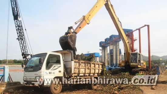 Perum Jasa Tirta I Optimalkan Penanganan Sampah Secara Mekanis