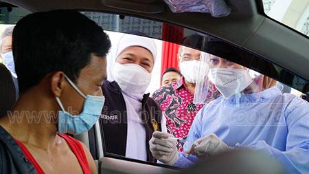 Gubernur Khofifah Apresiasi Vaksinasi di UM Surabaya