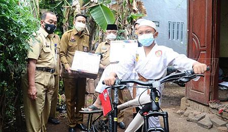Adityah Anak Pemulung Sampah Ukir Prestasi, Bupati Malang Hadiahi Sepeda Angin