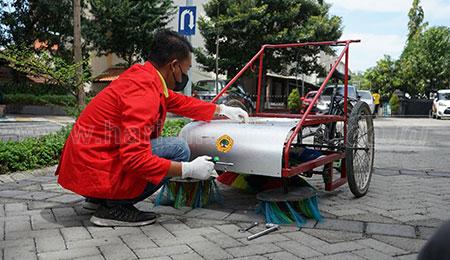 Mahasiswa Untag Kembangkan Sepeda Sapu Sampah
