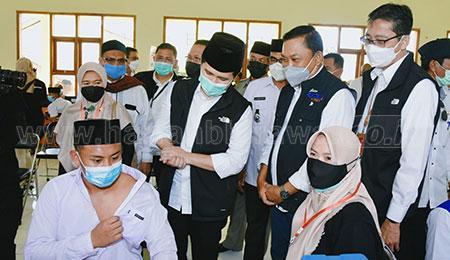 Gelontor Ribuan Vaksin untuk Pelajar di Pulau Bawean