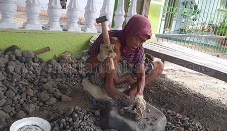 Nadiye, Wanita Situbondo yang Berprofesi Sebagai Tukang Pecah Batu