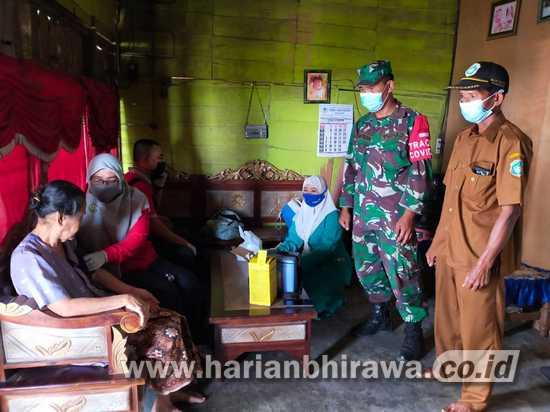 Babinsa TNI-AD Lamongan Dampingi Vaksinasi Lansia Door to Door