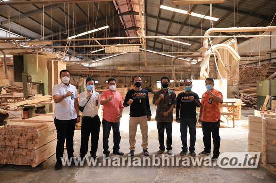 Kalapas Selektif Pilih Warga Binaan di Industri Mebel Lapas Klas I Surabaya