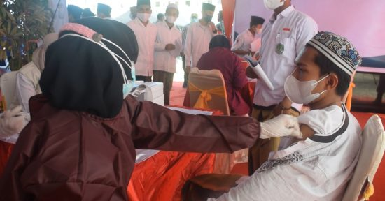 Ratusan Santri Ponpes Nurut Taqwa Ikuti Vaksinasi Merdeka dari Polres Bondowoso