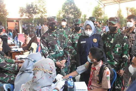Pangdam V/Brawijaya Pantau Serbuan Vaksinasi di SMKN 1 Pungging Mojokerto