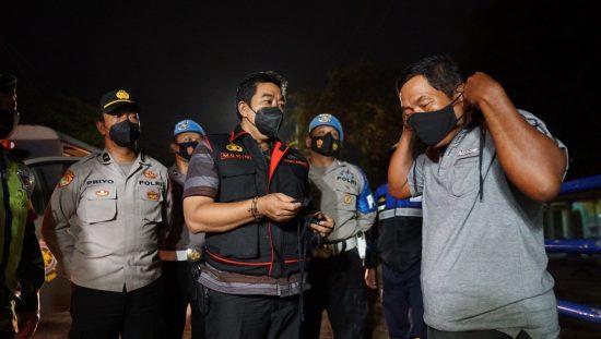 Patroli Skala Besar di Jombang, Petugas Bagikan Masker