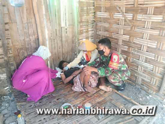 Anggota Koramil Plandaan Jombang Blusukan Dampingi Vaksinasi ODGJ