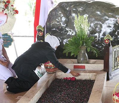 Ziarah dan Do'a di Makam Bung Karno, Khofifah: Insyallah Kemenangan Sudah Dekat