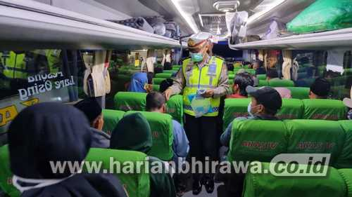 Satgas Covid-19 Situbondo Wajibkan Penumpang Umum Bus Memakai Masker