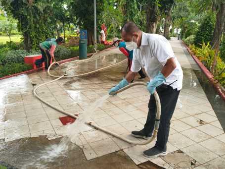 Surabaya Masuk PPKM Level 1, Wawali Bersihkan Taman Bungkul, Tanda Segera Dibuka?