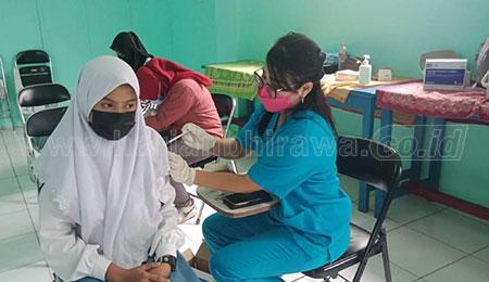 Poltekkes Kerta Cendekia Fasilitasi Vaksin Warga Sekitarnya