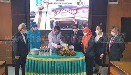 Peringati Hari Dokter Nasional, Gubernur Jatim Beri Semangat dan Kirim Tumpeng ke RS