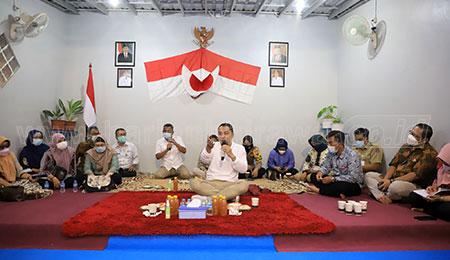 Cangkrukan ala Wali Kota Surabaya di Balai RW