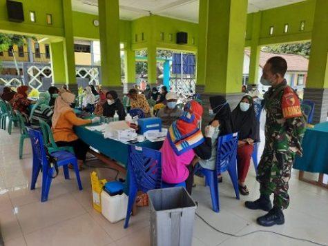 Babinsa Koramil 0815/05 Gedeg Kawal Percepatan Vaksinasi