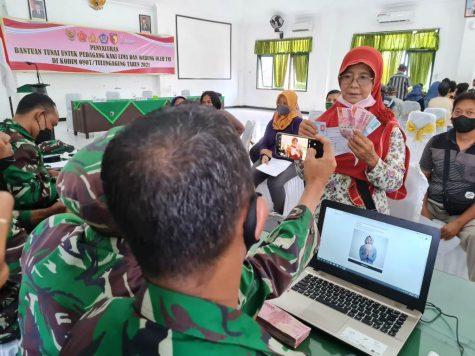 Kodim 0807 Tulungagung Salurkan Bantuan Rp4,2 Miliar Pedagang Terimbas Pandemi