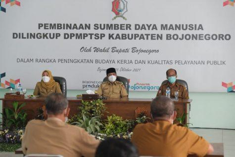 Pembinaan SDM, Wabup Bojonegoro Berikan Apresiasi Seluruh Pegawai DPMPTSP