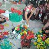 Siswa SMPN 5 Buat Rangkaian Bunga dari Sampah Plastik